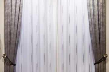 Комплект: гардина и портьера (штора), на котором хорошо виден рисунок примененной шторной тесьмы Смок, которую всегда можно купить со склада в Украине оптом и на отрез