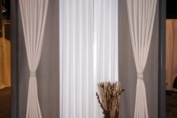 Комплект: гардина и портьера (штора), который можно пошить из артикулов ткани и шторной тесьмы, имеющихся на складе.