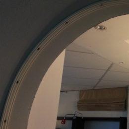 гибкий пластиковый карниз, смонтированный в арку